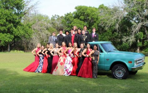 2018 prom group combined of sophomores, juniors, and seniors taking pictures before promenade at 2018 graduate Austin Martin's house.