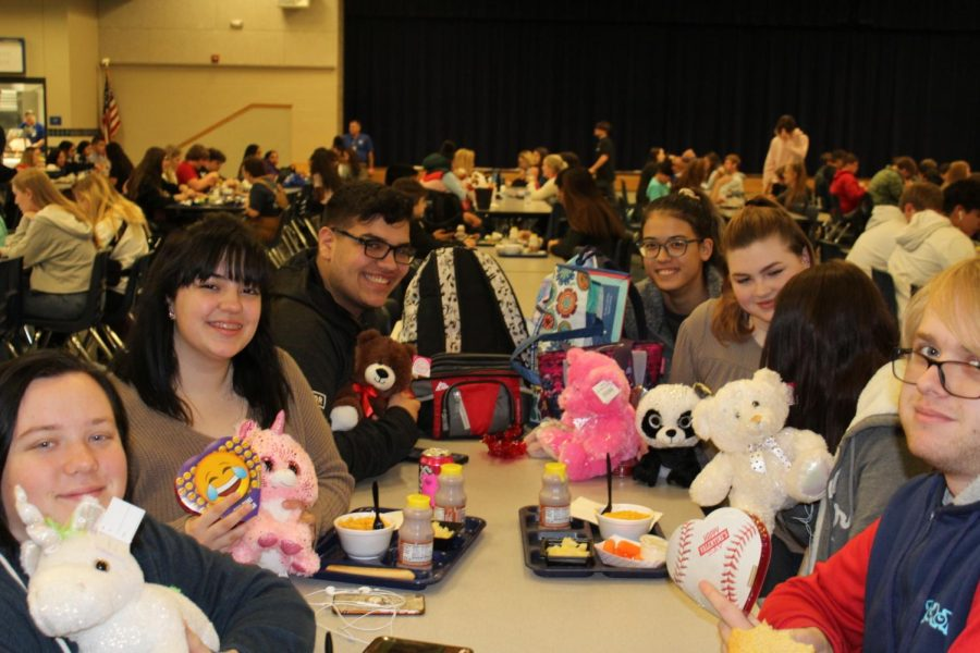 Seniors+Machree+Worsham%2C+Lanae+Hamilton%2C+Gavin+Ramirez+%2C+junior+Josie+Lovejoy+and+senior+Waylon+Hood+celebrate+Valentine%27s+Day+during+lunch+Friday.+